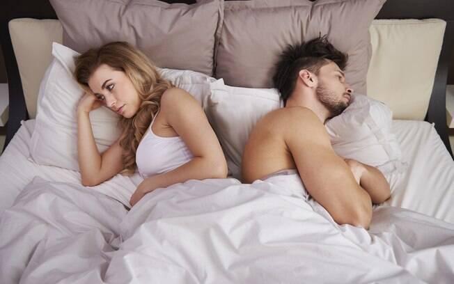 homem e mulher deitados na cama de costas