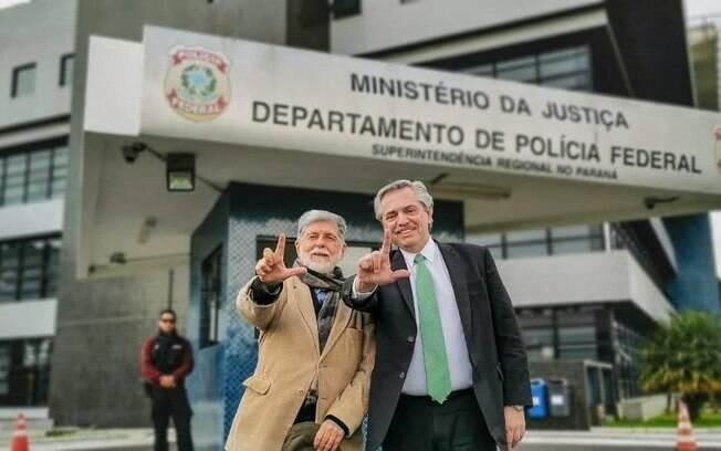 Alberto Fernández em frente a Polícia Federal em Curitiba
