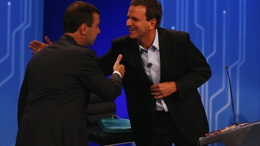Eduardo Paes e Marcelo Freixo se cumprimentam no debate