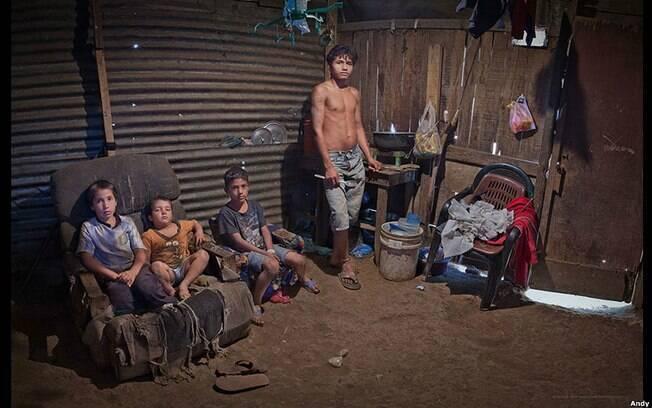 José Natanael, de 18 anos, cuida dos irmãos na capital da Nicarágua, Manágu. Foto: Andy Goldstein