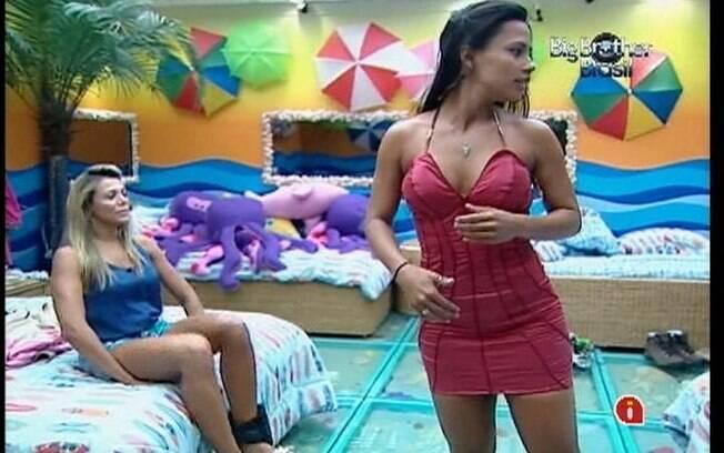 Kelly avalia o vestido que pretende usar mais tarde