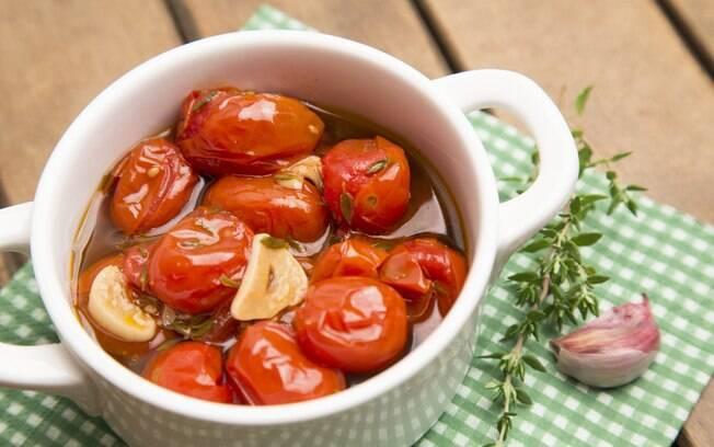O tomate confit é uma das receitas mais tradicionais quando o assunto é confitar alimentos