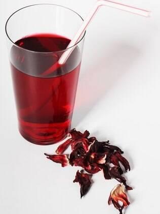Chá de hibisco também pode ser tomado gelado e é uma pedida refrescante para os dias de verão