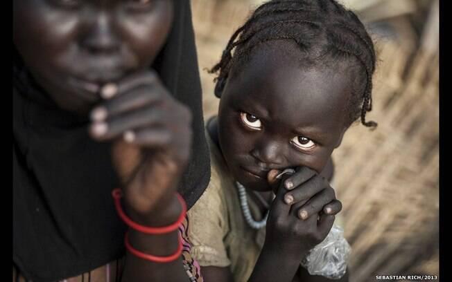 A menina disse a um fotógrafo tatuado que o campo de refugiados é tão sujo que ela queria pegar as borboletas de seus braços e guardá-las para não sujá-las. Foto: Sebastian Rich/Acnur