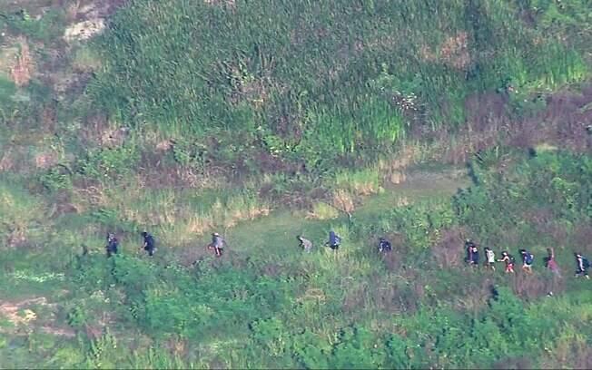 Imagens mostram grupo se locomovendo, portando armas e roupas camufladas