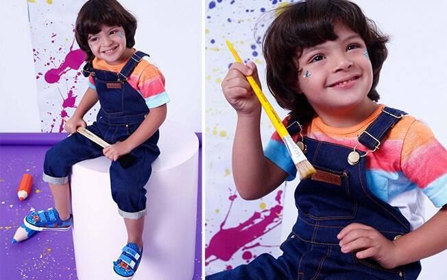 Modelo veste: Blusa: Alphabeto, Jardineira: Amapô e Tênis: Riachuelo. Cenografia: Fêtes Locadora.