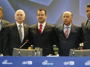 Ao lado de Gilmar Rinaldi, José Maria Marin, Marco Polo del Nero e Gallo, Dunga é apresentado como o novo técnico da seleção brasileira