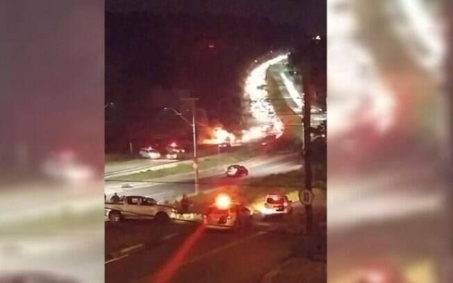 Perseguição termina em acidente com carro incendiado na John Boyd