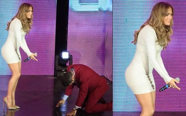 Apresentador ajoelhado com a presença de Jennifer Lopez