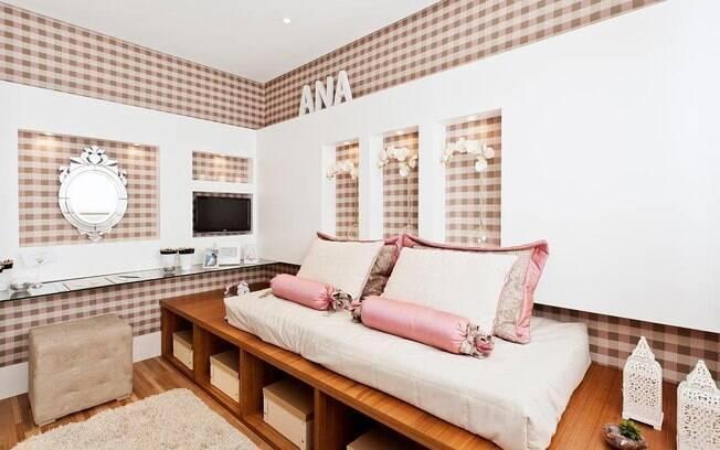 A arquiteta Débora Dalanezi apostou em uma bancada multifunctional, com o espelho com ar romântico. Na base da cama, nichos ajudam na organização