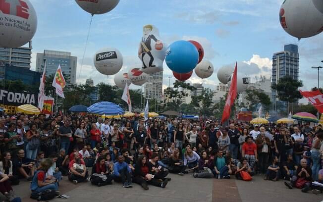 Manifestantes se concentram no Largo da Batata para ato em apoio à educação, nesta quinta, na capital paulista