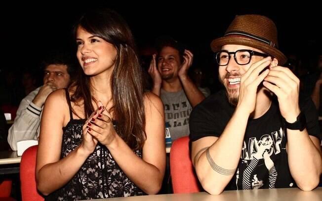 Júnior Lima com a namorada, Raíssa Maciel, assiste ao show da irmã