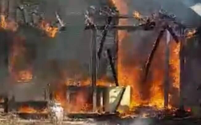 Vídeo: incêndio destrói casa no Pq. Universitário, em Americana