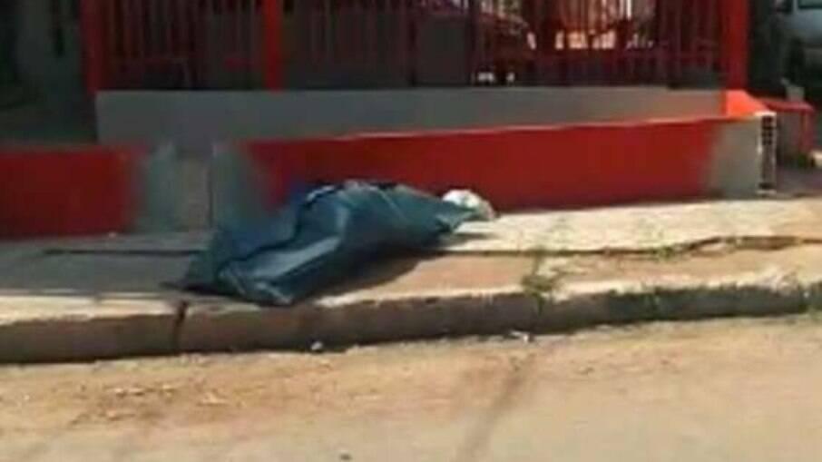 Corpo de vigilante morto é deixado na calçada; Samu alega ter seguido procedimento padrão