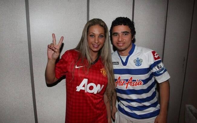 Valesca Popozuda visita o lateral esquerdo  Fábio, do Queen's Park Rangers