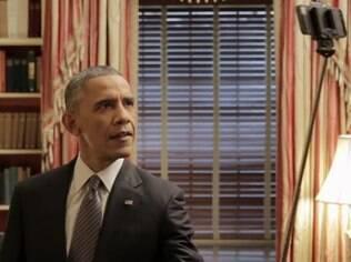 Obama usa pau de selfie em vídeo publicitário