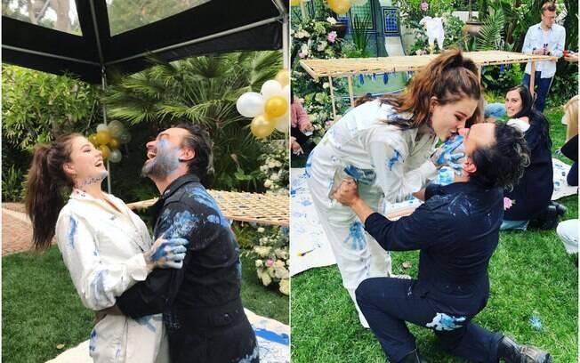 O ator Johnny Galecki e a modelo Alaina Meyer fazem chá de revelação com muita tinta para comemorar chegada do filho