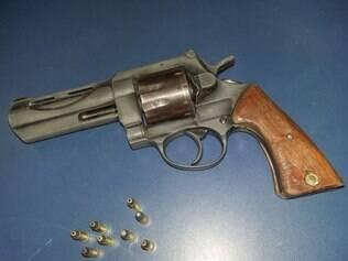 Arma usada no crime também foi apreendida