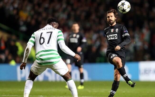 Pirlo tenta passe de direita no confronto  entre Juventus e Celtic