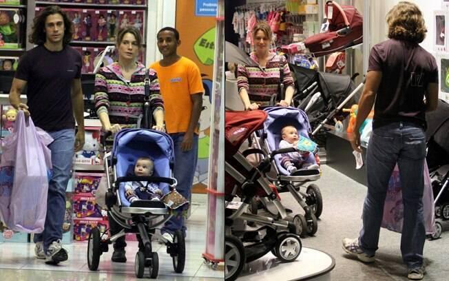 Eles passaram por uma loja de brinquedos e uma loja de bebê