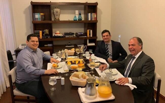 Alcolumbre participou de café da manhã ao lado de Moro e Fernando Bezerra Coelho (MDB-CE), líder do governo no Senado