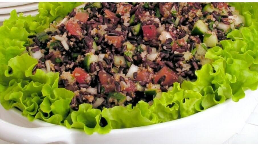 Experimente o tabule de arroz preto, um prato delicioso e superfácil de fazer!