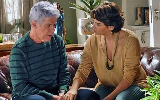 Cláudio conta para Beatriz que pretende processar Téo