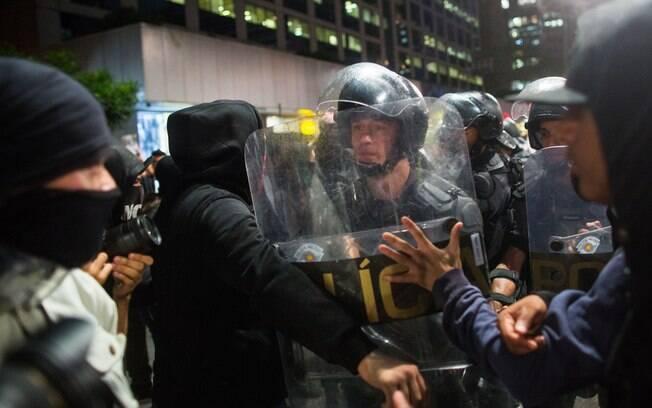 O escudo, além de instrumento de proteção, pode ser também usado para imobilizar alvos e atacá-los. Foto: Getty Images