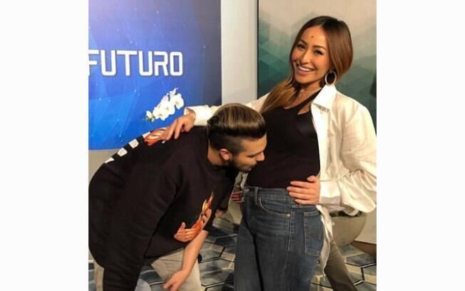 Luan Santana beijando a barriga de Sabrina Sato