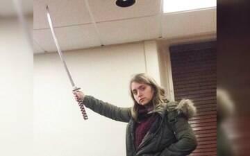 Jovem posta foto com uma espada para denunciar racismo em universidade