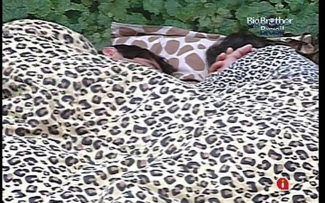 Laisa dorme no Quarto Selva com Yuri