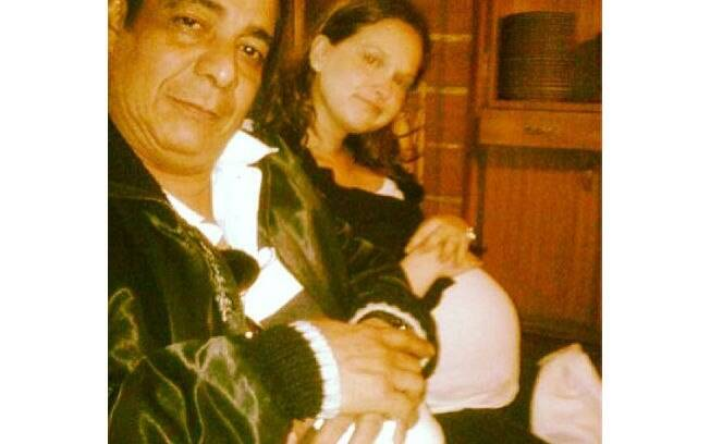 Fernanda Rodrigues divulgou imagem dos tempos de grávida nesta segunda-feira (20). Na foto, Zeca Pagodinho brinca com a barriga, imitando a sua pose
