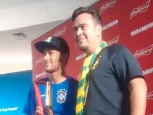 Neymar foi receber o prêmio ao estilo largadão, com camisa de jogo e descalço