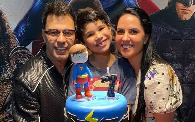 Zezé Di Camargo e Graciele Lacerda com o neto