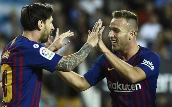 Arthur e Messi se cumprimentam durante partida do Barcelona