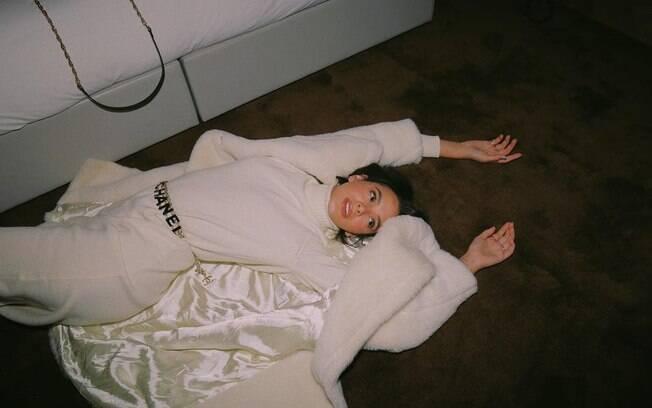 Bruna Marquezine esbanja estilo vestindo Chanel durante viagem a Londres
