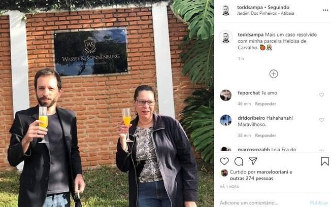Heloisa de Carvalho na frente da casa nesta quinta (18)