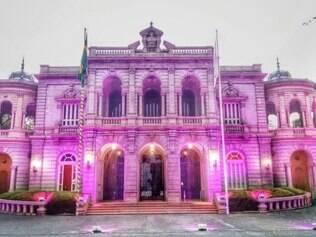 Palácio foi iluminado com a cor rosa