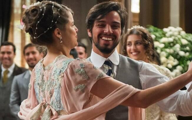 Agatha Moreira e Rodrigo Simas podem curtir baladas dançando bem juntinhos, assim como o casal Ema e Ernesto!