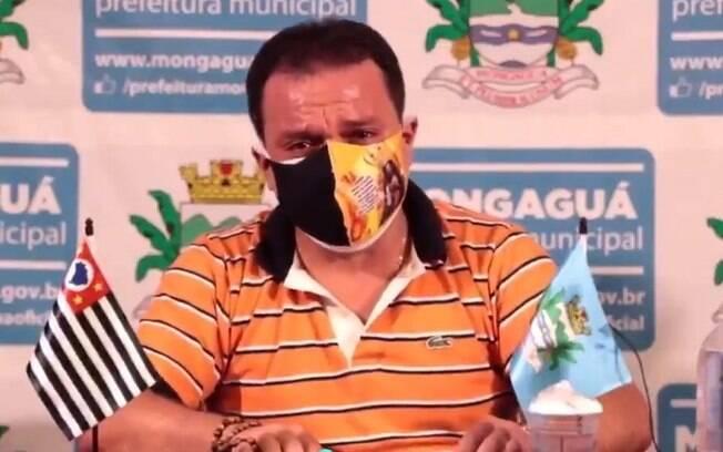 'É mais importante sua vida que o comércio', diz prefeito que viralizou após pai e irmão morrerem de covid-19