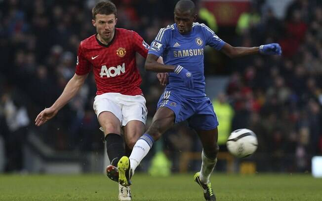 Carrick e Ramires disputam lance durante a  partida entre Manchester United e Chelsea
