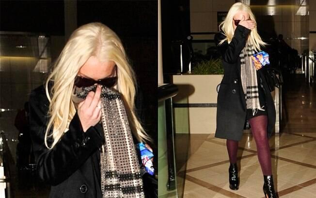 Lindsay Lohan é fotografa pelos paparazzi no aeroporto e não gosta nem um pouco...