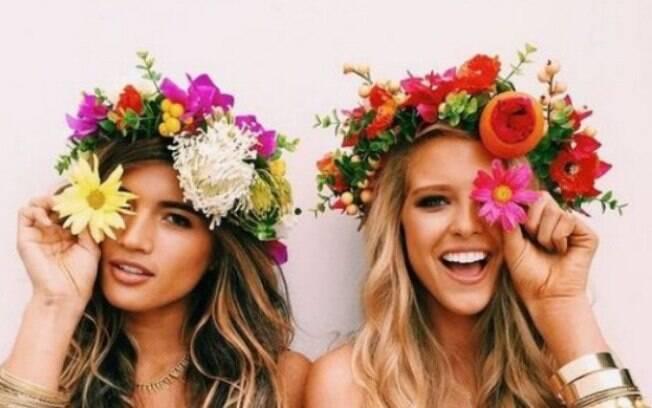 As tiaras de flores são acessórios muito utilizados durante o Carnaval