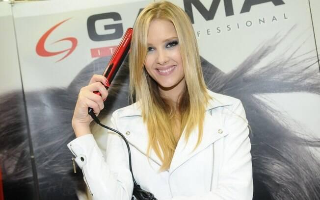 Gianne Albertoni participou de evento de beleza, em São Paulo