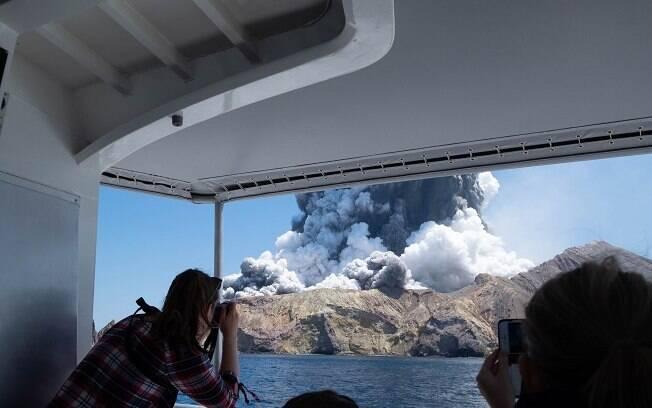 Imagens registradas por turistas mostram momento após a erupção