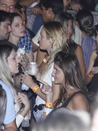 Candice Swanepoel bebe água na plateia de O Rappa em Vitória