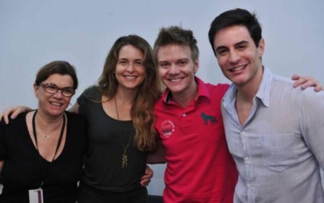 Claudia Abreu e Ricardo Tozzi aproveitaram a participação de Michel Teló em 'Cheias de Charme' para tirar uma foto com o cantor nos bastidores