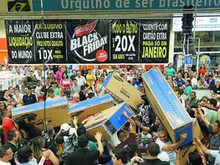 Carregue se puder. Loucura total em loja do supermercado Extra em São Paulo