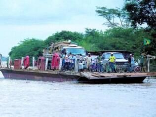 Balsas em Manga, no Norte de Minas, fazem transporte diariamente