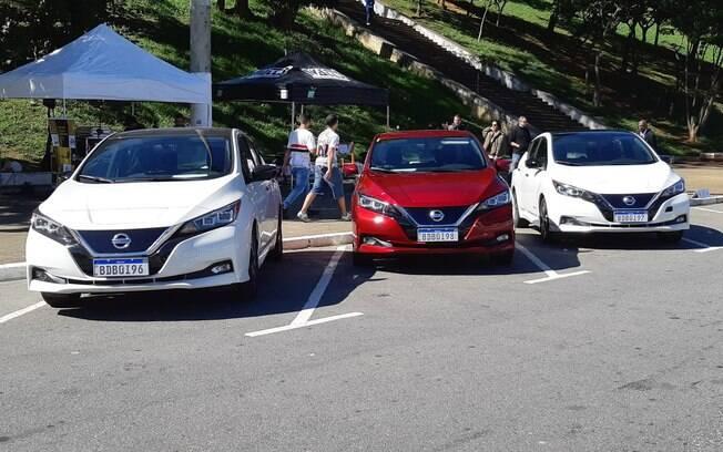 Os três Nissan Leaf emplacados no Brasil estacionados em frente ao estádio do Pacaembu, em São Paulo